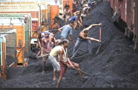 india loading coal on to lorries